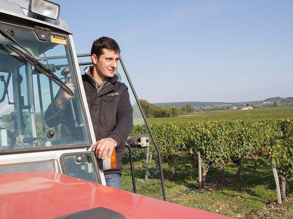 Alexandre regardant l'horizon juché sur son tracteur