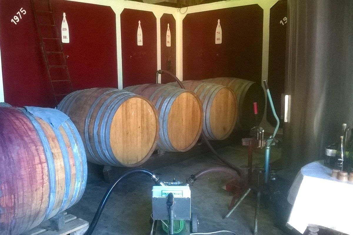 tonneaux et cuve dans le chai du manoir de la bellonnière