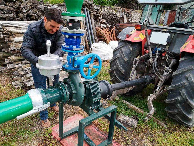 alexandre arme la pompe d'aspersion antigel au manoir de la bellonnière à Cravant-les-côteaux