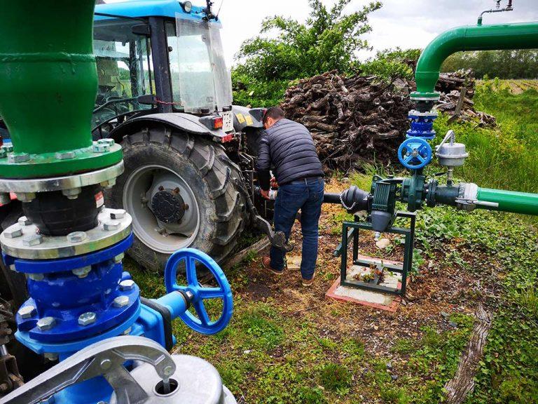 alexandre moreau relie le tracteur à la pompe d'aspersion antigel