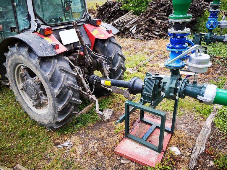 branchement du tracteur à la pompe d'aspersion antigel pour servir de moteur au manoir de la bellonnière
